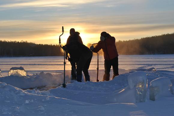 Встречаем рассвет на льду у озера